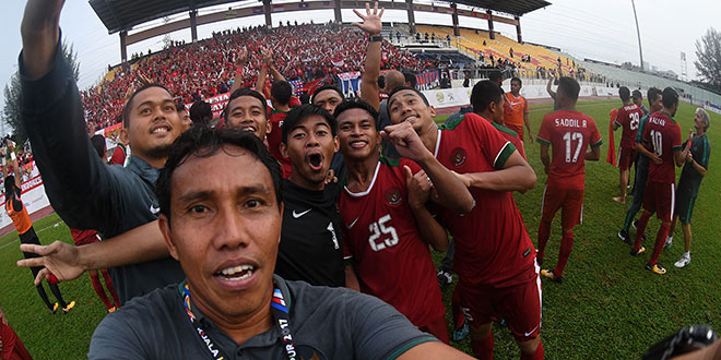 Asisten pelatih Bima Sakti (kedua kiri) bersama sejumlah pemain dan ofisial Timnas U-22 Indonesia melakukan swafoto dengan kamera pewarta foto Antara usai mengalahkan Timnas U-22 Myanmar dalam perebutan medali perunggu sepak bola SEA Games XXIX Kuala Lumpur di Stadion Majlis Perbandaran Selayang, Malaysia, Selasa (29/8). Timnas sepak bola U-22 Indonesia berhasil menyumbangkan medali perunggu setelah menang 3-1 atas Myanmar. ANTARA FOTO/Bima Sakti/sgd/kye/17.