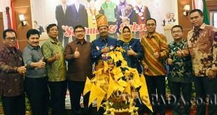 Gubsu Tengku Erry Nuradi diabadikan bersama jajaran Direksi serta Komisaris Bank Sumut, baru-baru ini. (WOL Photo)