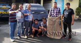 Timsus Reskrim Polsek Medan Sunggal memperlihatkan barang bukti disaksikan dua tersangka.(WOL Photo/Gacok)
