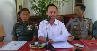 Bupati Pamekasan Achmad Syafii (tengah) saat memberi keterangan pers terkait atribut PKI (Syaiful/Okezone)