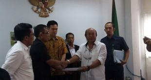 Penyerahan ganti rugi dari KPK ke Syarifuddin Umar di PN Jaksel. (Foto: Muhamd Rizky/Okezone)