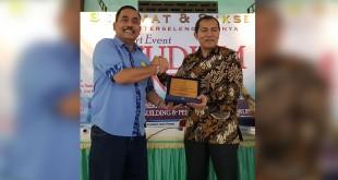 Anggota DPRD Medan, Hendrik Halomoan Sitompul bersama Wakil Ketua KPK RI, Saut Situmorang, saat tukar cenderamata di Medan. (WOL Photo/Ist)