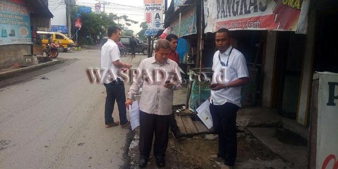 Politisi PKS Medan, H. Jumadi S Pdi, saat meninjau Jalan Meteorologi di Kecamatan Medan Tembung, Minggu (13/8). (WOL Photo/M. Rizki)