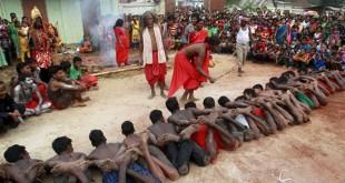 Ilustrasi ritual keagaaman di India - Ritual festival keagamaan tahunan Shiva Gajan di Pratapgarh, pinggiran kota Agartala, India. (REUTERS/Jayanta Dey)