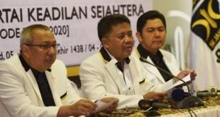 Presiden PKS Sohibul Imam (tengah) dalam konferensi pers (Antara)