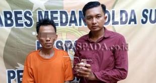 Petugas sedang interogasi tersangka pengedar narkoba jenis sabu. (WOL Photo/Gacok)