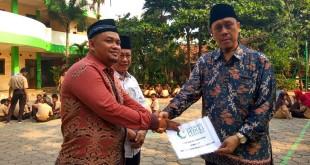 Pengurus Ponpes Ulul Jami menerima bantuan komputer dari Yayasan Peduli Pesantren secara simbolis. Foto Okezone/Badriyanto
