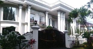 Rumah Mewah Milik Bos First Travel Kini Disegel Polisi (Foto: Putra/Okezone)