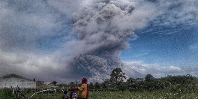 Gunung Sinabung saat Erupsi. Foto Antara/Maz Yons