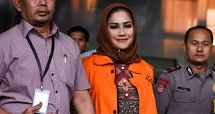 Wali Kota Tegal Siti Masitha mengenakan rompi oranye usai menjalani pemeriksaan di KPK. (Foto: Antara/Hafidz Mubarak)