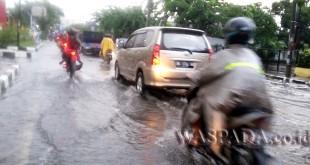 Sejumlah kendaraan melintas di Jalan Sei Batang Hari berhati-hati takut mogok akibat banjir. (WOL. Photo/Gacok)