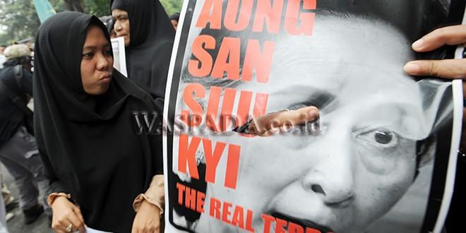 Massa gabungan dari berbagai ormas Islam dan masyarakat membawa poster sebagai bentuk protes saat aksi unjuk rasa peduli Etnis Rohingya, di Medan (8/9). Aksi digelar sebagai protes atas kekerasan yang terjadi kepada Etnis Rohingya di Myanmar. (WOL Photo/Ega Ibra)