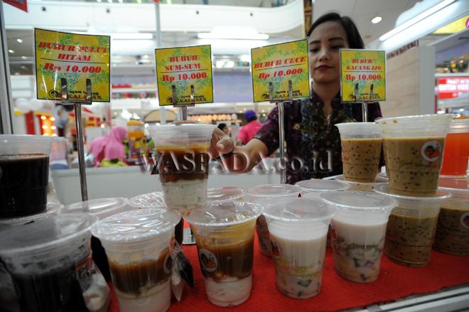 Penjaga stan menyusun makanan yang dijual pada Food Carnival di Plaza Medan Fair, Medan, Kamis (12/9). Festival kuliner yang diadakan mulai tanggal 11-17 September tersebut diikuti oleh 60 stan kuliner. (WOL Photo/Ega Ibra)