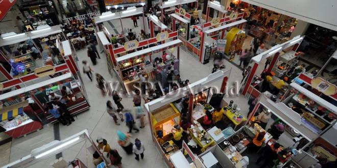 Pengunjung melihat stan yang ada di Food Carnival Plaza Medan Fair, Medan, Kamis (12/9). Festival Kuliner yang digelar dari tanggal 11-17 September menghadirkan 60 stan kuliner dan menjual berbagai jenis makanan. (WOL Photo/Ega Ibra)