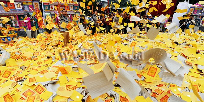 Warga suku Tionghoa melemparkan kertas sembahyang saat ritual Sembahyang Leluhur di Vihara Gunung Timur, Medan, Selasa (28/8). Ritual Sembahyang Leluhur diadakan setiap tanggal 15 bulan ketujuh dalam penanggalan kalender Tiongkok untuk mengirimkan doa kepada arwah para leluhur. (WOL Photo/Ega Ibra)