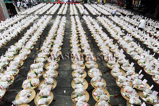 Warga suku Tionghoa menyusun paket makanan saat ritual Sembahyang Leluhur di Vihara Gunung Timur, Medan, Selasa (28/8). Ritual Sembahyang Leluhur diadakan setiap tanggal 15 bulan ketujuh dalam penanggalan kalender Tiongkok untuk mengirimkan doa kepada arwah para leluhur. (WOL Photo/Ega Ibra)