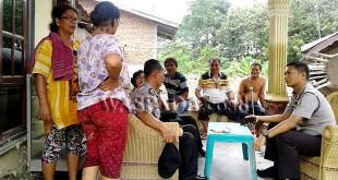 Kapolsek Medan Sunggal, Kompol Daniel Marunduri SIK SH MH, bersama Camat Medan Selayang S.STP MSP, berdialog dengan korban banjir.(WOL. Photo/Gacok)