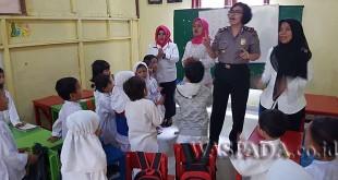 Wakapolsek Medan Sunggal, AKP Artha Sebayang SH, memberikan keterangan kepada 40 anak Paud Mekar. (WOL. Photo/Gacok)