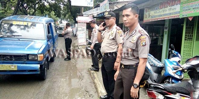 Kapolsek Medan Barat, Kompol Vicktor Ziliwu, bersama personel pantau banjir di Jalan Budi Pembangunan.(WOL. Photo/Gacok)