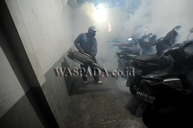 Petugas melakukan pengasapan (Fogging) di area perkantoran, di Medan (Kamis 19/9). Fogging dilakukan untuk pencegahan perkembangbiakan nyamuk Aedes Aegypti di area perkantoran yang merupakan penyebab terjadinya demam berdarah (DBD). (WOL Photo/Ega Ibra)