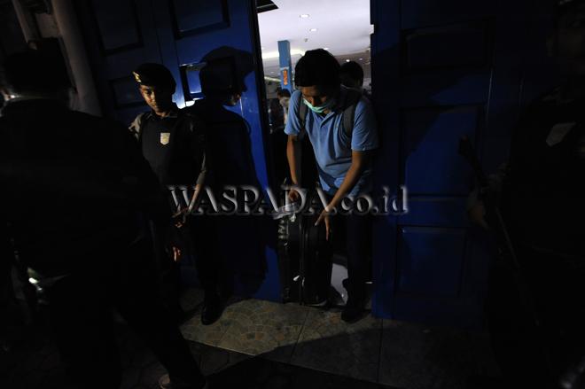 Penyidik Komisi Pemberantas Korupsi (KPK) keluar dari dealer Ada Jadi Mobil usai melakukan penggeledahan, di Medan, Jumat (15/9). Penggeledahan dilakukan berkaitan dengan pengembangan operasi tangkap tangan yang melibatkan Bupati Batubara, OK Arya Zulkarnain. (WOL Photo/Ega Ibra)