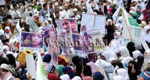 Ribuan umat Islam yang tergabung dalam Aliansi Sumut Peduli Rohingya membawa poster sebagai bentuk protes terhadap kekerasan Etnis Rohingya saat menggelar aksi, di Medan, Jumat (15/9). Aksi digelar sebagai bentuk kepedulian atas kekerasan yang terjadi kepada Etnis Rohingya di Myanmar serta meminta dunia internasional untuk aktif menghentikan tindakan kekerasan tersebut. (WOL Photo/Ega Ibra)