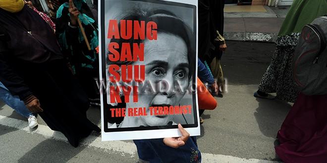 Aliansi Mahasiswa Muslim Bersama Umat (AMMBU) membawa poster sebagai tanda protes saat menggelar aksi Peduli Etnis Rohingya, di Medan, Rabu (6/9). Aksi digelar sebagai bentuk dukungan dan kepedulian  kepada Etnis Rohingya yang menjadi korban kekerasan di Myanmar. (WOL Photo/Ega Ibra)