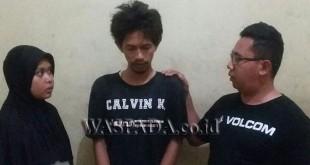 Dua penyidik sedang mengintrogasi tersangka pencuri sepeda motor anggota TNI. (WOL Photo/Gacok)