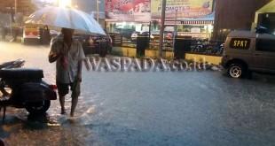 Hujan deras mengguyur Kota Medan di Jalan Nibung Utama depan Mako Polsek Medan Baru, Kelurahan Petisah Tengah, Kecamatan Medan Petisah digenang air setinggi betis orang dewasa.(WOL Photo/Gacok)