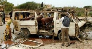 Ilustrasi - Masyarakat menonton sisa mobil yang dipasangi bom dan menewaskan seorang pegawai pemerintah Somalia di Kota Mogadishu, Minggu (9/4/2017). (Reuters)