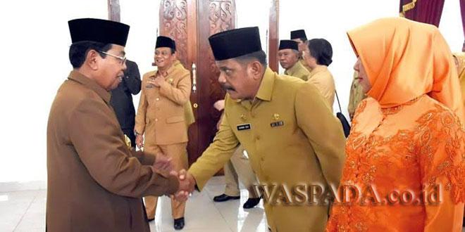 Wakil Bupati Deliserdang, H. Zainuddin Mars, memberi selamat kepada Darwin Zei S.Sos dan istrinya. (WOL Photo)