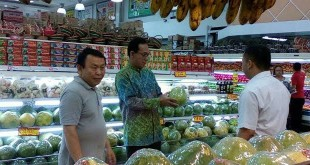Gus Irawan Pasaribu, ketua HKTI Sumut dan juga perintis pusat budidaya hidroponik terpadu Hidrotani Sejahtera Sunggal, saat berkunjung ke salah satu supermarket buah dan sayur yang ada di Medan, Selasa (26/9) kemarin. (WOL Photo/Ist)
