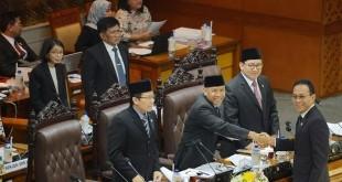 Gus Irawan Pasaribu menyalami para pimpinan DPR usai memberikan laporannya dalam rapat paripurna DPR-RI yang menyetujui untuk meratifikasi Konvensi Minamata, Rabu (13/9) kemarin. (istimewa)