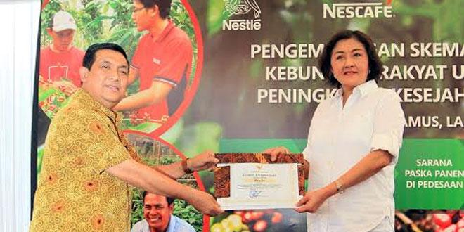 Penyerahan piagam penghargaan dari Pemerintah Provinsi Lampung kepada PT Nestlé Indonesia dalam rangka pengembangan kopi yang berkelanjutan, pada acara perayaan Hari Kopi Internasional di Tanggamus, Lampung, Sabtu (30/9). (foto: Ist)