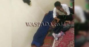 Petugas sedang memeriksa mayat korban di tempat kosnya (WOL Photo/Gacok)