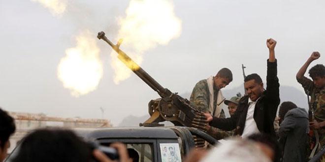 Militan Houthi menembakkan senjata saat berlangsungnya perkumpulan suku untuk menunjukkan dukungan kepada gerakan Houthi di Sanaa, Yaman, Kamis (10/11/2016). (REUTERS/Khaled Abdullah)