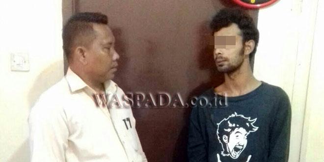 Penyidik Pembantu Reskrim Polsek Medan Sunggal sedang mengintrogasi tersangka curanmor. (WOL Photo/Gacok)