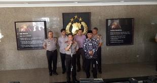 Kapolri Jenderal Tito Karnavian memberikan keterangan pers seputar kehadiran pimpinan KPK di acara sertijab pejabat Polri. (Foto: Puteranegara/Okezone)