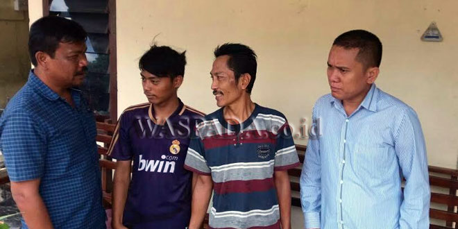 Penyidik Pembantu Reskrim Polsek Medan Sunggal mengintrogasi dua tersangka narkoba. (WOL Photo/Gacok)