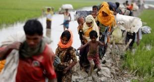 Pengungsi Rohingya berjalan di jalan berlumpur setelah menyebrangi perbatasan Bangladesh-Myanmar di Teknaf, Bangladesh, Minggu (3/9/2017). (REUTERS/Mohammad Ponir Hossain)