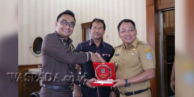 Wali Kota HM Idaham menerima cendera mata dari pendamping Sespim Polri. (WOL Photo)