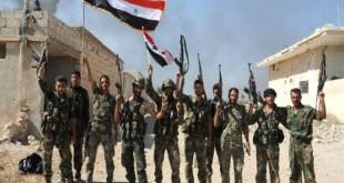 Dokumen foto pasukan tentara Suriah menyampaikan salam kemenangan usai merebut kembali Kota Aleppo dari ISIS, Maret 2017. Militer Suriah mengumumkan gencatan senjata di Kota Deera selama 48 jam pada Sabtu (17/6/2017). (Reuters)