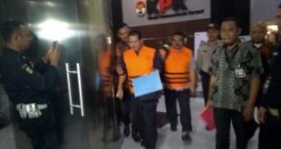 Empat tersangka kasus suap raperda di Banjarmasin mengenakan baju tahanan KPK. (Foto: Arie Dwi Satrio/Okezone)