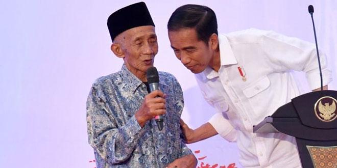 Presiden Jokowi saat berbincang dengan salah satu kakek yg penerima sertifikat tanah (Foto: Ist)