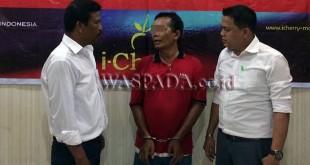 Penyidik Pembantu Reskrim Polsek Medan Sunggal, menginterogasi tersangka kasus penggelapan mobil. (WOL Photo/Gacok)