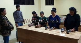 Kapolsek Medan Helvetia, Kompol Hj Trila Murni SH (kiri memakai jaket) mengintrogasi empat kurir narkoba asal Aceh. (WOL Photo/Gacok)