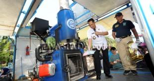 Kepala Badan Narkotika Nasional (BNN), Komjen Budi Waseso (kiri) memusnahkan barang bukti narkoba, di Lapangan Merdeka Medan, Kamis (19/10). Sebanyak 191 kilogram sabu-sabu, 43 ribu butir pil ekstasi dan 520 kilogram ganja hasil tangkapan tim gabungan BNN, Bea Cukai, TNI dan Polri dari berbagai kasus tangkapan narkoba di Aceh dan Medan dimusnahkan. (WOL Photo/Ega Ibra)