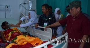 Gubernur Aceh, Irwnadi Yusuf berbincang dengan salah seorang pasien ketika melakukan kunjungan kerja ke RSUD Aceh Tamiang, Sabtu (28/10) kemarin.