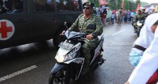 Pangkostrad Letjend Edy Rahmayadi mengendarai sepeda motor karena terjebak macet saat HUT TNI, Kamis (5/10). (merahputih.com)