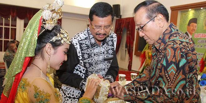 Tokoh Nasional Dr Akbar Tanjung bersama Gubernur Sumut Dr Ir Tengku Erry Nuradi MSi, saat bersilaturahmi di Gubernuran bersama tokoh-tokoh KAHMI, Sabtu (7/10) malam.